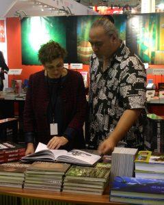 Véronique Mu-Liepmann et Pascal Erhel lors du lancement du coffret réédité de Karl von den Steinen, Les marquisiens et leur art